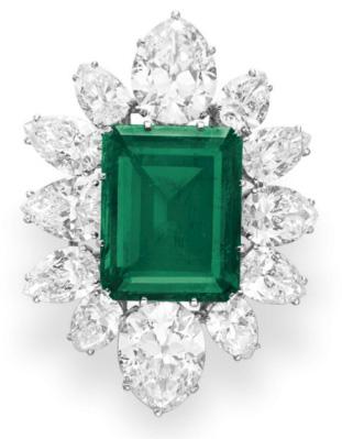 Christie's vend les bijoux d'Elisabeth Taylor ici une broche pendentif Bulgari