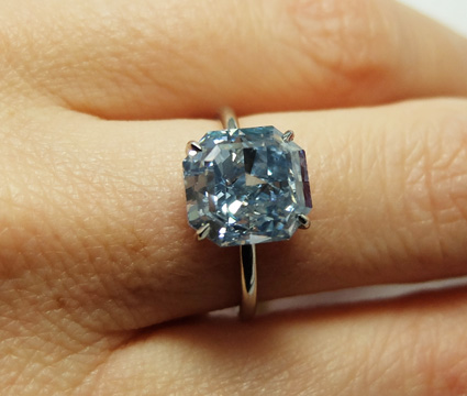 Un diamant fancy vivid blue de 5.04 cts, pureté S1