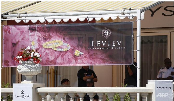 Casse au Carlton le lieu de l'exposition de Lev Leviev BusBy Jewelry